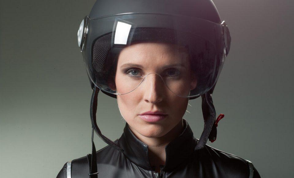 Frau mit Helm - Bild vorher